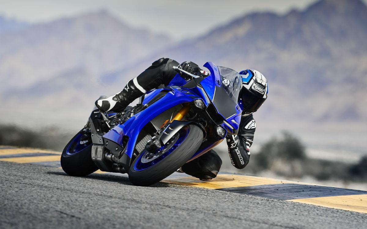 2018-Yamaha-YZF-R1-EU-Yamaha-Blue-Action-002