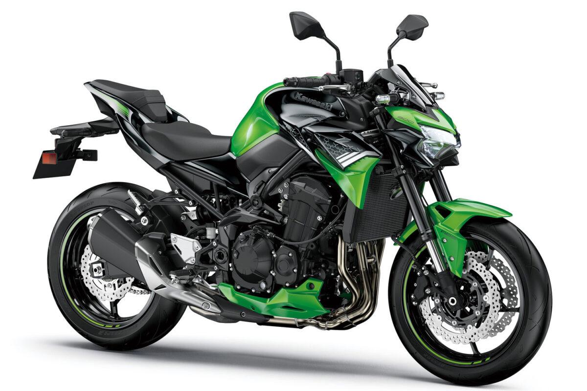 z900 2021 preta com verde, frontal lateral direita