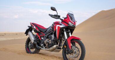 honda crf 1100l africa twin 2021 estacionada na areia proximo a dunas