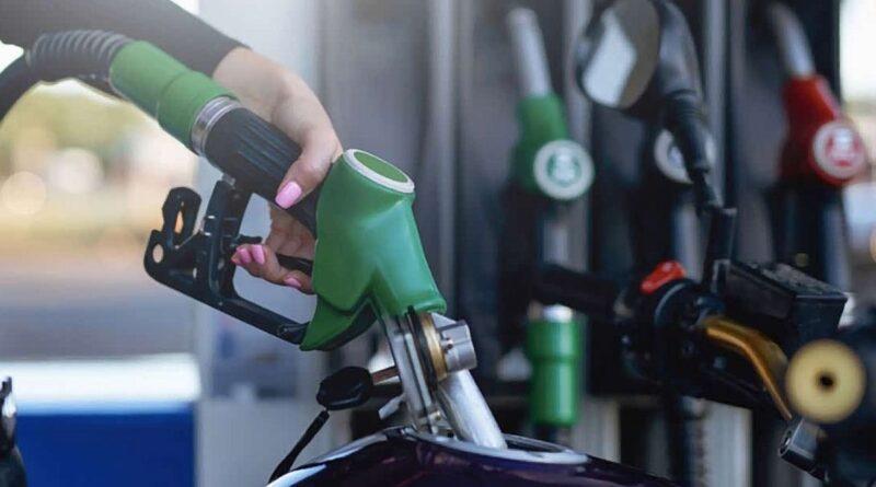 abastecendo a moto gasolina